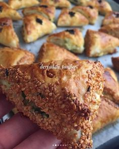 Triangle pastry ready from yufkadan - - Breakfast Toast, Breakfast Recipes, Dinner Recipes, Donuts, Easy Eat, Vegan Vegetarian, Vegetarian Breakfast, Recipe Of The Day, Food Styling