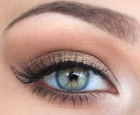 looks like a highlighter on the inner eye, bronze on the lid, mid brown above the crease, light below the browbone and black/brown eyeliner?