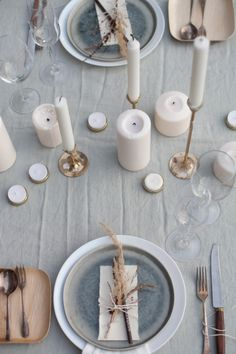 13 Modern Holiday Tablescapes That'll Up Your Hosting Game - Zu Tisch - Table settings - Fall Table Settings, Elegant Table Settings, Beautiful Table Settings, Wedding Table Settings, Place Settings, Table Wedding, Simple Table Setting, Wedding Dinner, Wedding Receptions