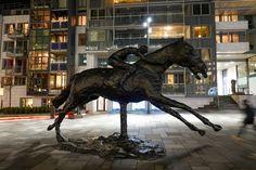 Julemagi i Oslo – Med koffert og kamera Oslo, Lion Sculpture, Horses, Statue, Horse, Sculptures, Sculpture
