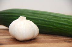 Her er en meget nem og super god opskrift på hjemmelavet tzatziki, der jo er en græsk udgave af agurkesalat. Blot med hvidløg og yoghurt. I denne opskrift på hjemmelavet tzatziki er der anvendt græ…