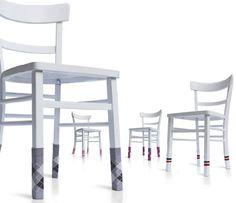 Cadeiras usando meias? Ideia divertida para evitar que elas arranhem o chão ou façam barulho.