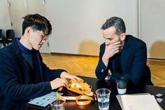 "Yaokun Wu diskutiert mit Mentor und Produktdesigner Joe Doucet ""Flash Pak"". (Foto: Gabriela Herman) #lexusdesignaward #adgermany"