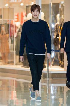 Actor Lee Min-Ho attends the autograph session for TNGT on September 2015 in Seoul, South Korea. Korean Star, Korean Men, Korean Actors, Korean Dramas, New Actors, Actors & Actresses, Lee Min Ho Pics, F4 Boys Over Flowers, Elvis Presley Photos