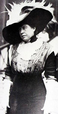 La señora Margaret Brown, cuyo comportamiento en el bote salvavidas Nº 6 del Titanic le consiguió el nombre insumergible Molly Brown