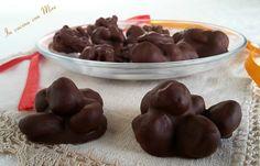 Le mandorle ricoperte di cioccolato sono dei dolcini facili e veloci da fare ma molto gustosi, adatti alle feste e a sgranocchiare qualcosa di dolce.