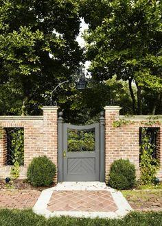 Кирпичный забор - очень прочный вид изгородей