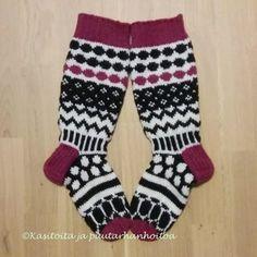 """Googlettamalla sanan """"marisukat"""" löytää pienen ruutukaavion missä on erilaisia Marimekkokuvioita. Niistä voi sitten soveltaa sukat oman maun mukaan. Olin tässä syksyllä junareissulla ja… Wool Socks, Knitting Socks, Marimekko, Baby Booties, Knitting Projects, Knitting Ideas, Mittens, Knit Crochet, Model"""