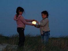 Jugando con la Luna por Laurent Lavender   http://caracteres.mx/jugando-con-la-luna-por-laurent-lavender/