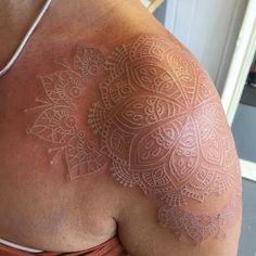 Sutil Tinta Branca Tatuagens Seus Pais Ainda não Mente