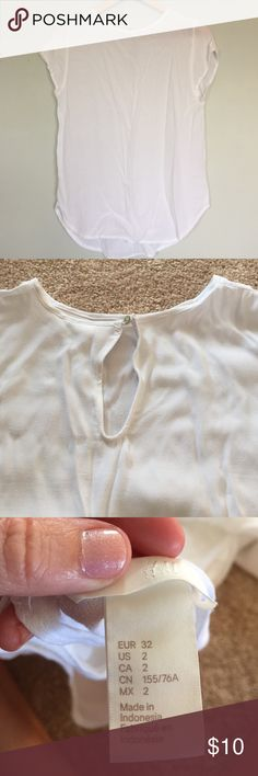 H&M Breezy White Top EUC short sleeve light weight top from H&M. No signs of wear, but interior tag with fabric make up was removed. Adorable keyhole pack with pearl button closure. Great for summer! H&M Tops Blouses