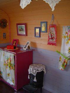 Une Roulotte authentique à la Ferme,  - Ferme du Pré Fleuri France - gypsy wagon interior Gypsy Wagon Interior, Shabby, Decoration, Sweet Home, Wood, Authentique, Tiny Houses, France, Style