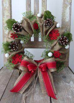 z+juty,+červeno-zelený+věneček+v+kabátku+z+juty,+zdobený+ve+vánočních+barvách,+s+ručně+barvenými+šiškami,+baňkami,+vločkami...+průměr+30cm