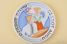 """Vitber :: dekoratīvs šķīvis, 12 cm, porcelāns, Rīga (Latvija), g., Jessen, """"Dziedot dzimu, dziedot augu"""", 30tie g. 20 gs., Niklava Strunke m..."""