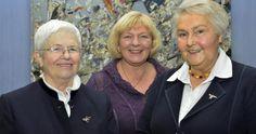 Voorzitter Karin Anthes (midden) eert Margot en Ingrid Schaar (rechts), die tot 100 jaar voor vrouwen op het platteland zijn. Foto: Nietner
