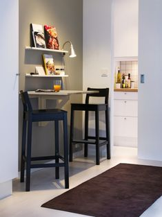 Small dining quarters? No problem. Try using an end wall or corner to add a bar or extra prep area instead of an island.