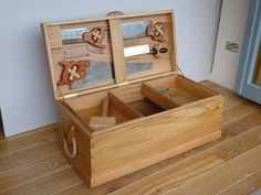 Woodworking saws and Jigs Wood Tool Box, Wooden Tool Boxes, Wood Tools, Antique Tools, Vintage Tools, Workshop Storage, Tool Storage, Woodworking Furniture, Woodworking Projects Plans