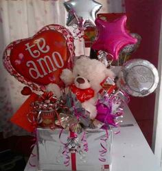 Super gifts for him basket candy bouquet ideas Valentine Bouquet, Valentine Wreath, Valentine Decorations, Valentine Crafts, Balloon Decorations, Valentines Day Baskets, Diy Valentines Day Gifts For Him, San Valentin Ideas, Valentine's Day Gift Baskets