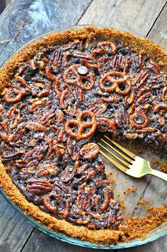 Vegan Dark Chocolate Pretzel Pecan Pie - Rabbit and Wolves Vegan Pecan Pie, Best Pecan Pie, Vegan Pie, Vegan Food, Vegan Dark Chocolate, Homemade Chocolate, Chocolate Chips, Chocolate Recipes, Pecan Recipes