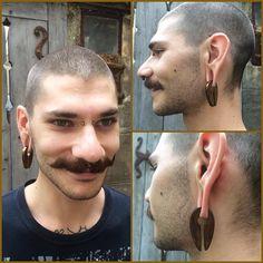 """Un sourire de @victortsaconas membre des équipes @endorphinsrising et @mubodyarts arborant ses nouveaux poids """"keyhole"""" de chez @evolvejewelry en titane anodisé bronze par nos soins.  Photo par @eugeniadelphine.  #mubodyarts #mustardcity #dijonpiercing #piercingdijon #highquality #piercing #jewelry #dijon #bodyjewelry #bijoux #anodizingisawesome #titanium #earjewelry #hangingdesigns #earweights #plugs #plugofinstagram #bronze #keyhole #modifiedunicorns"""