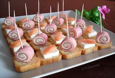 Dulce y Salado-Menorca: Canapés salados Snacks Für Party, Appetizers For Party, Gourmet Recipes, Sweet Recipes, Healthy Recipes, Tapas, Romanian Food, Mini Cupcakes, Finger Foods