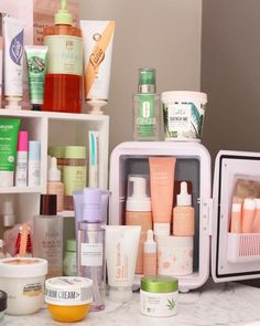 Skincare Mini Fridges - What's the Fuss? - Ashley Maree Beauty - - If you're an avid beauty lover or a skincare innovation obsessor, you're probably familiar with the skincare mini fridge craze. They are smol, cute and look. Natural Beauty Tips, Natural Skin Care, Parfum Victoria's Secret, Skin Care Routine For 20s, Skincare Routine, Face Skin Care, Tips Belleza, Beauty Care, Beauty Hacks