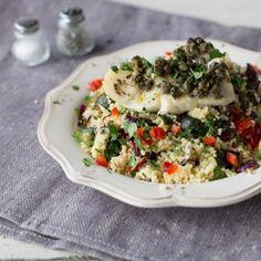Kabeljau aus dem Ofen schmeckt besonders gut - knusprig von Außen und saftig zart im Inneren. Die Kombination aus Couscous und würzigem Ofengemüse rundet das Ganze locker leicht ab.