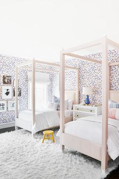 42 Fascinating Shared Kids Room Design Ideas - Planning a kid's bedroom design can be a lot of fun. It can also be a daunting task as you tackle the issue of storage and making things easy to clean. Childrens Bedroom Wallpaper, Modern Kids Bedroom, Kids Bedroom Designs, Kids Room Design, Girls Bedroom, Modern Girls Rooms, Bedroom Ideas, Childrens Bedrooms Shared, Shared Rooms