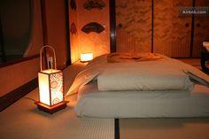 京都市左京区の旅館の夜の照明です。日本では昔はこんな風に間接照明が多かったのでしょうね?