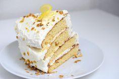 Ein saftiges Zitronen-Rezept für ein Stück Low Carb Zitronen Torte. Der Low Carb Zitronen-Torten-Teig ist locker und fluffig.
