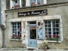 Sancerre liegt mitten in Frankreich, wirklich genau mittendrin. Ich fahre mit dem Auto durch das Département Cher in der Region Centre - Val de Loire. Malerische Landschaften. Auf der Straße bin ich fast allein unterwegs. Nur ab und zu kommt mir ein Traktor oder ein Schulbus entgegen. Jedes Dorf, durch das ich fahre, ist zum Anh