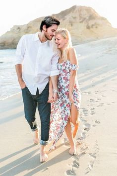 Couple beach photos, romantic pictures of couples, photo couple, romantic b Beach Engagement Photos, Engagement Photo Outfits, Engagement Shoots, Beach Photos Couples, Couples At The Beach, Casual Engagement Outfit, Engagement Ideas, Wedding Engagement, Engagement Photo Inspiration