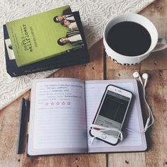 Livros, café, caderno, caneta, celular e música