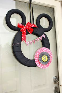 Minnie Mouse wreath - just use some cardboard circles and yarn!