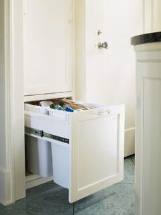 Cottage Style Kitchen With Crystal Pull On Recyling Cabinet.    CarolCampeloFestugato: Inspiração: Cozinhas E Áreas De Serviço