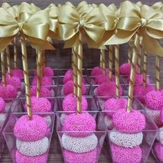 Docinhos no palito. Party Decoration, Candy Table, Party Treats, Minnie, Dessert Bars, Baby Shower Parties, Holidays And Events, Cake Pops, Pink And Gold