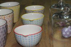 Jarras de leche, tazas de desayuno y tiradores de porcelana pintada a mano. Bloomingville, Dinamarca.
