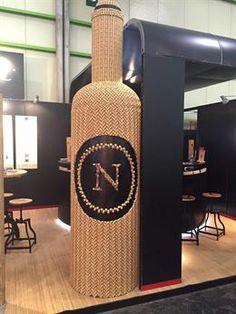 La botella de #vino más grande del mundo hecha con tapones.