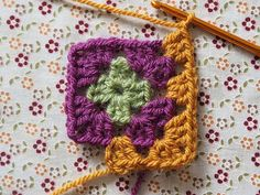 Detailed photo tutorial on how to crochet a granny square for absolute beginners. Crochet Squares, Crochet Granny, Easy Crochet, Granny Squares, Crochet Chart, Crochet Motif, Crochet Stitches, Elephant Baby Blanket, Crochet Patterns For Beginners