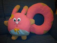 coniglietto con ciambella rosa by Lara