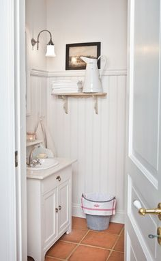 Shabby Chic comes in many forms. From what I like to call Shabby Shabby Chic where every single item of the room is either: chipped, distre. Bad Inspiration, Bathroom Inspiration, Interior Inspiration, Interior Ideas, Baños Shabby Chic, Sweden House, Bad Styling, Wainscoting Bathroom, Painted Wainscoting