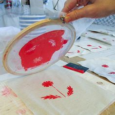 EASY PEASY DIY SCREEN PRINTING ~ use an embroidery hoop with fine silk as a screen, cut stencils from contact & stick to the silk & use an old credit card as a squeegie Diy Projects To Try, Crafts To Do, Craft Projects, Crafts For Kids, Craft Ideas, Diy Ideas, Silkscreen, Diy Screen Printing, Fabric Printing