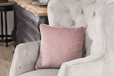 Detail vankúša so šnúrkou z kolekcie Velvet.  #velvet#vankus#novinka#obyvacka#spalna#detskaizba Bed Pillows, Pillow Cases, Velvet, Fabric, Collection, Home, Pillows, Tejido, Ad Home