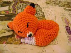Crochet pattern for a Sleeping Fox (in Spanish) Crochet Toys Patterns, Amigurumi Patterns, Crochet Dolls, Crochet Cross, Knit Crochet, Crochet Hats, Japanese Crochet, Fox Pattern, Amigurumi Doll