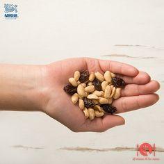 El maní y las pasas son un delicioso snack, recuerda que una porción es lo mismo que 1/4 de taza, es decir, un puñado. #Nutricion #Alalcancedetusmanos #NutriNestle