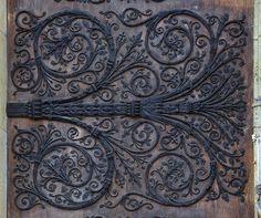 """Fer forgé sur le portail central (du """"Jugement dernier"""") de la façade ouest de Notre-Dame de Paris."""