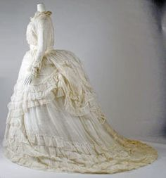 White Victorian Gown (American) at the Met. 1870s Fashion, Edwardian Fashion, Vintage Fashion, Vintage Outfits, Vintage Gowns, Old Dresses, Pretty Dresses, Historical Costume, Historical Clothing