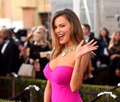 Atriz de 'Modern Family' revelou que por causa do tamanho dos seios, ela precisa que os vestidos sejam mais justos e firmes