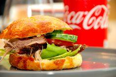 Se den bedste opskrift på en hjemmelavet pulled pork burger med sprøde boller. Kødet steges i 12 timer, og burgeren samles med BBQ-sauce.