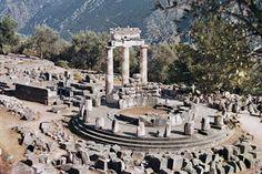 El oráculo de Delfos, en el Santuario de Delfos, fue un lugar de consulta a los dioses, en el templo sagrado dedicado principalmente al dios Apolo.  (analy magaña)